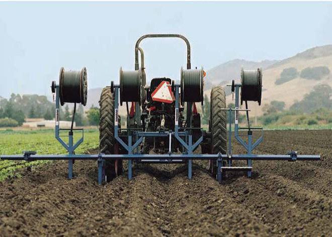دستگاه مکانیزه نصب نوار آبیاری قطره ای (تیپ) در مزرعه